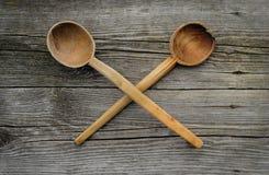 Due hanno attraversato i vecchi cucchiai di legno su fondo rustico Immagini Stock Libere da Diritti