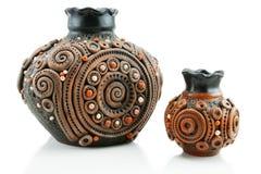 Due hanno colorato i vasi dell'argilla isolati fotografia stock