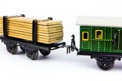 Due hanno connesso i vagoni del treno del giocattolo immagini stock