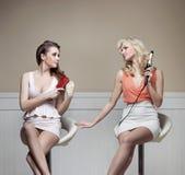 Due amiche distinte durante la preparazione al partito Immagini Stock