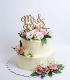 Due hanno messo a strati la torta di formaggio crema di nozze con le rose e l'eustoma Fotografie Stock Libere da Diritti