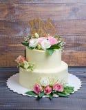 Due hanno messo a strati la torta di formaggio crema di nozze con le rose e l'eustoma Immagini Stock Libere da Diritti