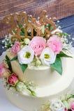 Due hanno messo a strati la torta di formaggio crema di nozze con le rose e l'eustoma Immagini Stock