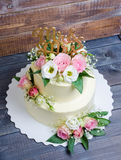 Due hanno messo a strati la torta di formaggio crema di nozze con le rose e l'eustoma Immagine Stock Libera da Diritti
