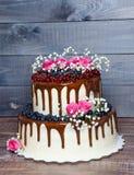 Due hanno messo a strati la torta nunziale con i mirtilli, ribes del gocciolamento di colore Immagine Stock Libera da Diritti