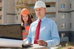 Due impianti degli operai sul cantiere Immagine Stock Libera da Diritti