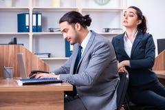 Due impiegati che lavorano nell'ufficio fotografia stock libera da diritti