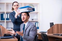Due impiegati che lavorano nell'ufficio immagini stock libere da diritti
