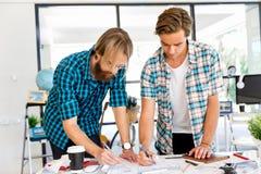 Due impiegati di concetto allo scrittorio Immagine Stock