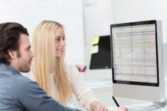 Due impiegati di concetto che lavorano insieme Immagini Stock