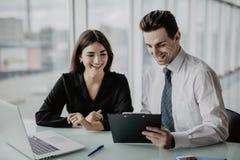 Due imprenditori che si siedono insieme lavoro in una scrivania che confronta i documenti Lavoro d'ufficio Immagine Stock