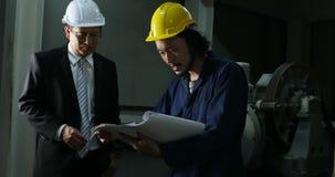 Due ingegneri asiatici discutono circa il modello stock footage