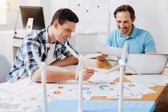 Due ingegneri che sono felici di trovare un errore nei calcoli fotografia stock