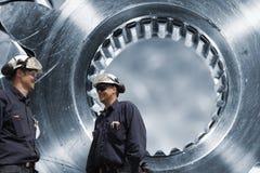 Due ingegneri ed assi delle ruote dentate Fotografia Stock