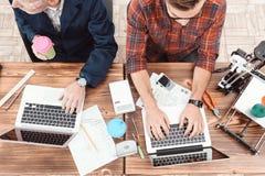 Due ingegneri sono impegnati nella progettazione dei modelli per una stampante 3d Lavorano ai loro computer portatili nell'aborto Fotografie Stock Libere da Diritti
