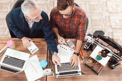 Due ingegneri sono impegnati nella progettazione dei modelli per una stampante 3d Lavorano ai loro computer portatili nell'aborto Fotografia Stock Libera da Diritti