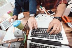 Due ingegneri sono impegnati nella progettazione dei modelli per una stampante 3d Lavorano ai loro computer portatili nell'aborto Fotografia Stock