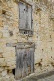 Due insiemi di porte di legno molto vecchie in una parete di pietra Fotografia Stock Libera da Diritti