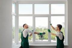 Due installatori della finestra fotografia stock