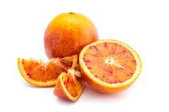 Due intera arancia sanguinella ed uno aperto tagliando isolato su fondo bianco immagine stock