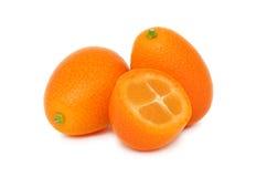 Due interi e un mezzo kumquat (isolato) Immagine Stock Libera da Diritti
