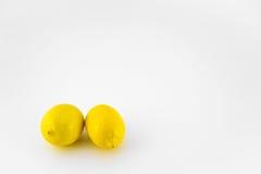 Due interi limoni su fondo bianco Immagine Stock