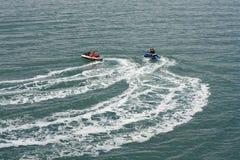 Due jet ski o nautico personale che accelerano attraverso l'oceano Immagine Stock