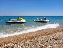 Due jet ski sulla bella spiaggia di Skala dell'isola di Kefalonia, mare ionico, Grecia fotografia stock