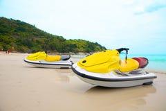 Due jetskis sulla spiaggia sabbiosa Fotografia Stock Libera da Diritti