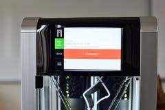 Due la stampante del filamento 3D pronta si collega alla rete di wifi Nuova tecnologia di stampa Immagini Stock Libere da Diritti