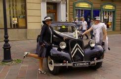 Due ladys ed automobili dell'annata Immagini Stock