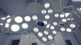 Due lampade chirurgiche moderne situate in una sala operatoria archivi video