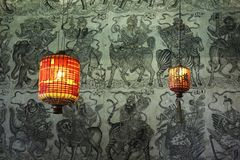 due lanterne cinesi rosse sulla carta da parati verde Fotografia Stock Libera da Diritti