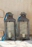 Due laterns grigio scuro della candela Fotografia Stock