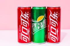 Due latte di Coca-Cola e di uno possono Sprite scritta in cinese immagine stock libera da diritti