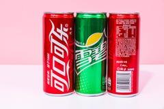 Due latte di Coca-Cola e di uno possono Sprite scritta in cinese fotografia stock