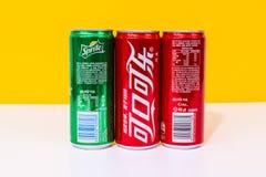 Due latte di Coca-Cola e di uno possono Sprite scritta in cinese immagini stock libere da diritti