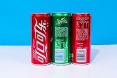 Due latte di Coca-Cola e di uno possono Sprite scritta in cinese fotografie stock libere da diritti