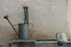 Due latte di innaffiatura Fotografie Stock