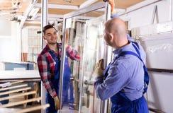 Due lavoratori che ispezionano le finestre Immagini Stock Libere da Diritti