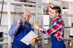 Due lavoratori che ispezionano le finestre Fotografia Stock Libera da Diritti