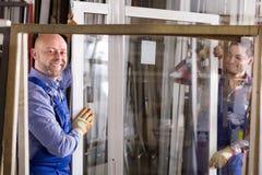 Due lavoratori che ispezionano le finestre Fotografia Stock
