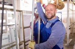 Due lavoratori che ispezionano le finestre Immagine Stock Libera da Diritti