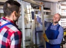 Due lavoratori che ispezionano le finestre Fotografie Stock