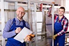 Due lavoratori che ispezionano le finestre Immagine Stock
