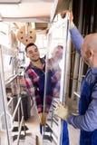 Due lavoratori che ispezionano le finestre Fotografie Stock Libere da Diritti
