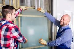 Due lavoratori che lavorano con il vetro fotografia stock libera da diritti