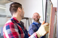 Due lavoratori che lavorano con il vetro fotografie stock libere da diritti