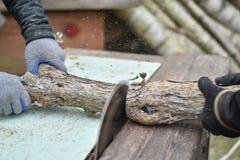 Due lavoratori che tagliano legno con la sega circolare Fotografie Stock Libere da Diritti