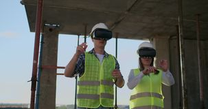 Due lavoratori contemporanei della squadra che usando VR per prevedere i progetti che stanno nella costruzione non finita sul can archivi video